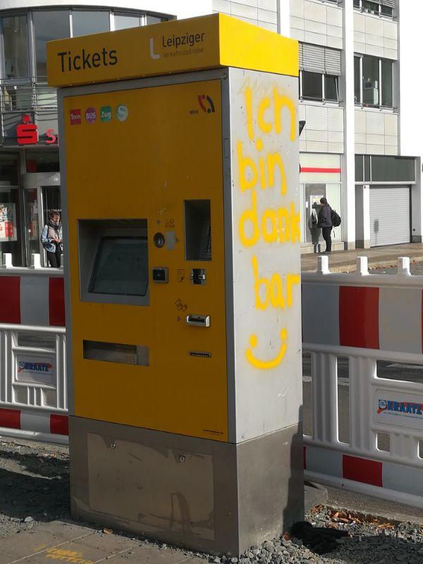 Glücklicher Fahrkartenautomat