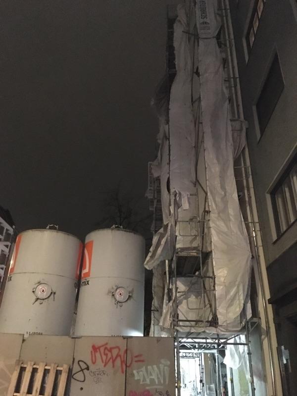 Sturm in Berlin zerfetzt Gerüstabdeckung