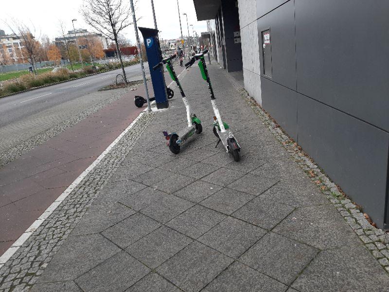 Scooter auf Gehwegen
