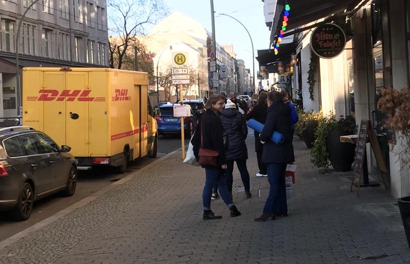 Lange Schlange vor der Postagentur in Berlin-Mitte