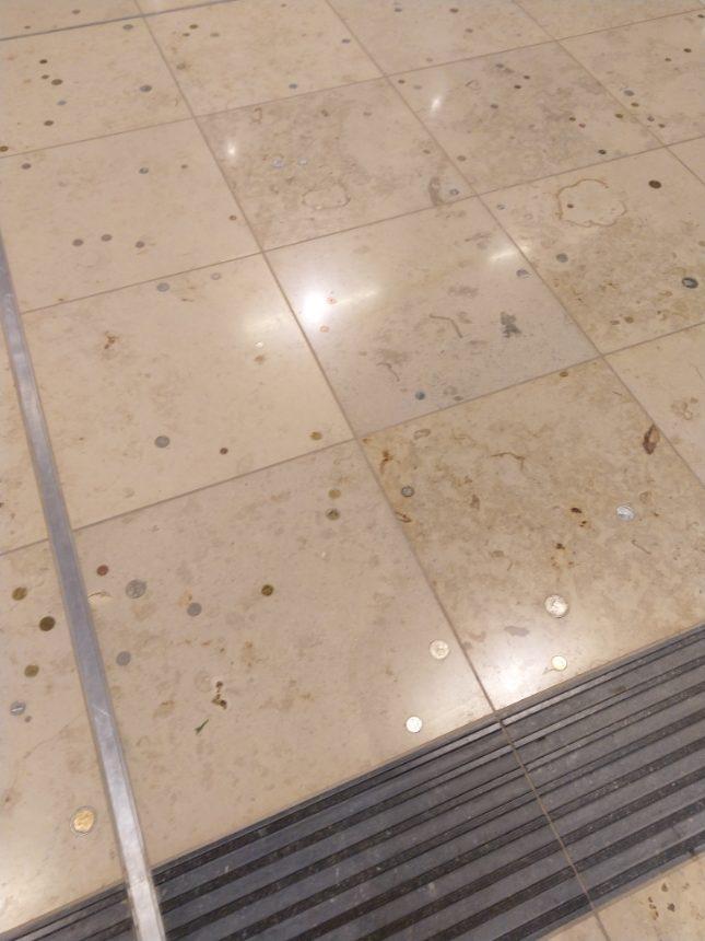 Münzen im Boden am BER