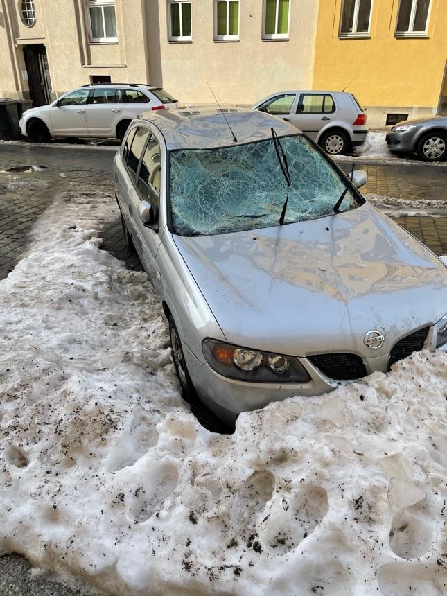 Auto von Dachlawine zerstört