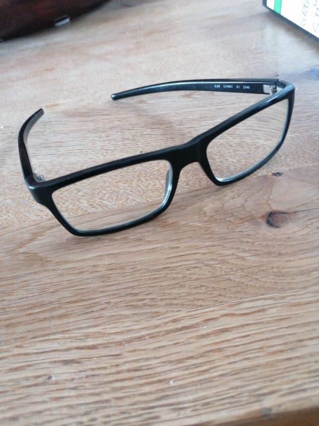 Schmierige Brille für alte Menschen