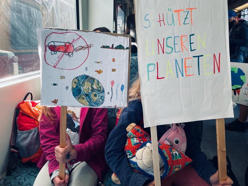 Kinder auf dem Weg zur Klimademo in Berlin